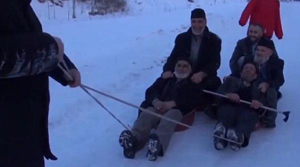城会玩!土耳其退休老人坐洗衣桶滑雪