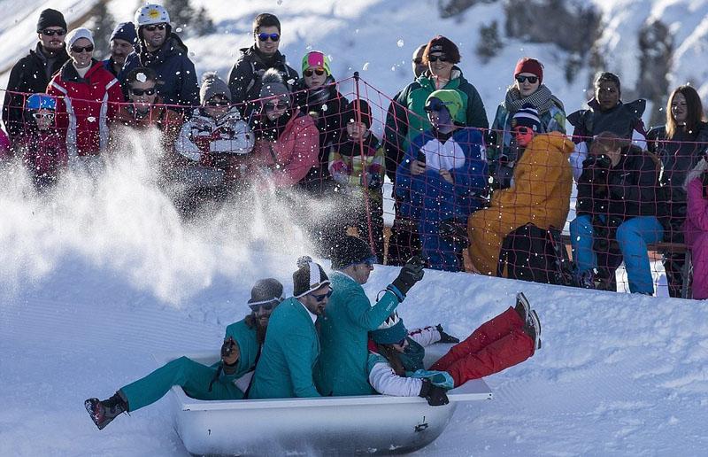 浴缸滑雪 参赛者奇装异服博人眼球
