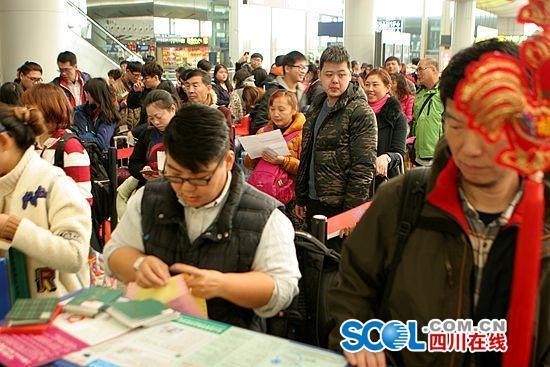 大雾致成都机场上百航班延误 约8千人次受影响