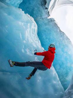 夫妇勇闯千年冰穴 冰蓝世界如梦如幻