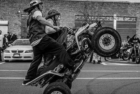 纽约摩托车队无视法律横行街头炫技