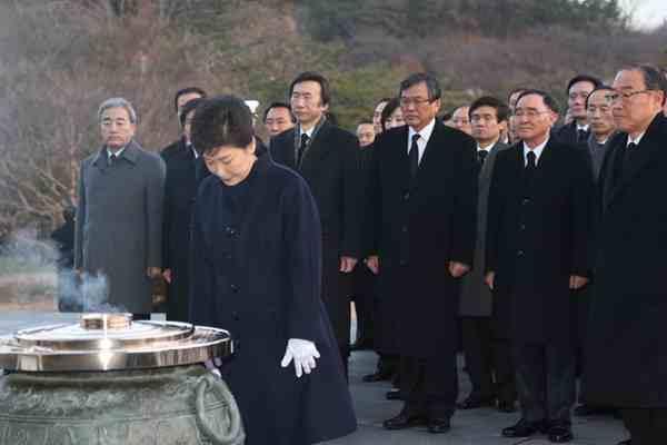 朴槿惠被停职后首次外出 只身赴显忠院扫墓