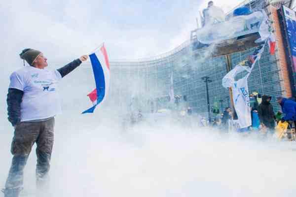 欧洲奶农在欧盟理事会外喷洒奶粉 抗议奶市场危机
