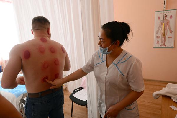 俄罗斯开设上海按摩中心 为顾客针灸拔火罐