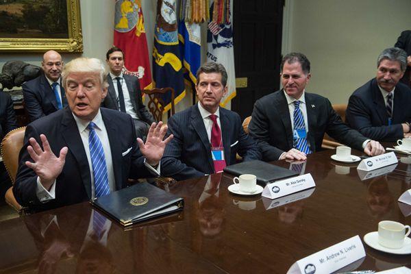 新官上任三把火 特朗普白宫会议不断成大忙人