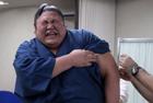 相扑选手打针时表情痛苦
