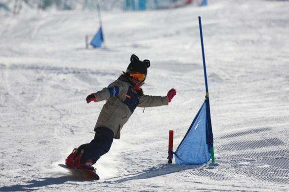 青少年滑雪赛开赛