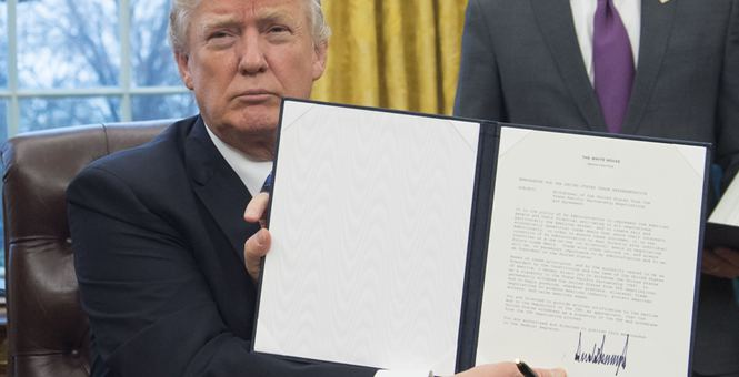 """笔迹专家解读特朗普签名 称酷似""""地震记录"""""""