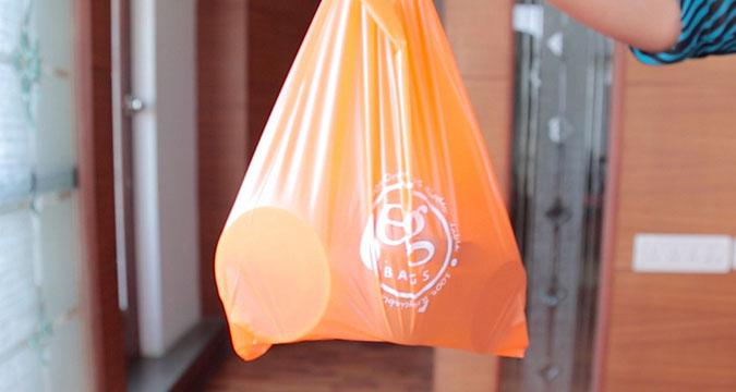 """印度研发""""可食用""""环保型购物袋 一分钟内溶解"""