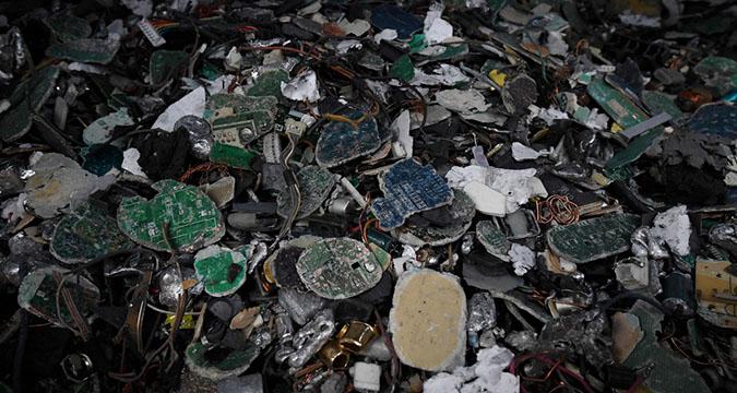 探访东京废品回收公司 电子垃圾堆积成山