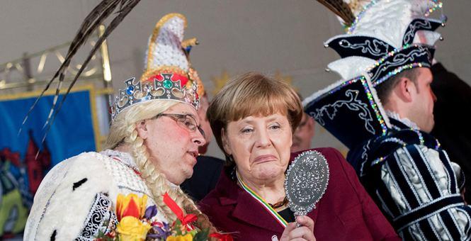 """德国总理默克尔出席年度狂欢节招待会 照镜子""""扮鬼脸"""""""