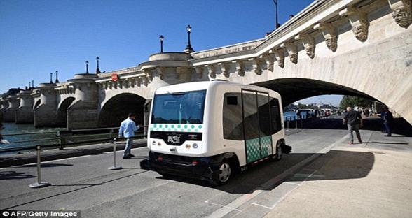 """无人驾驶公交车巴黎""""上岗"""" 遇到障碍物可改道"""