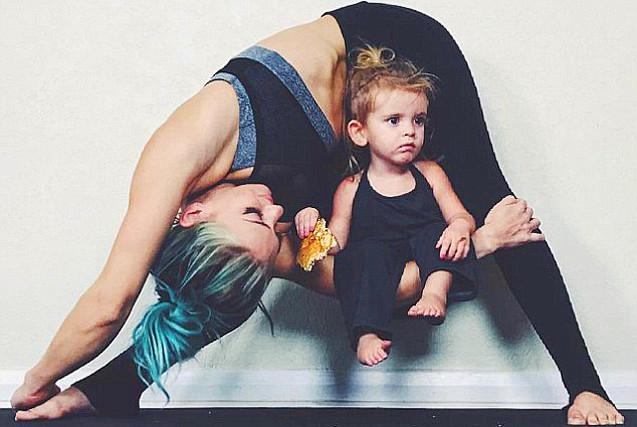 赞!美国一母亲看娃练瑜伽两不误