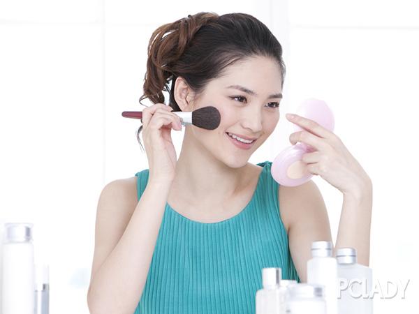 散粉与粉饼哪个更好 需根据肤质选择