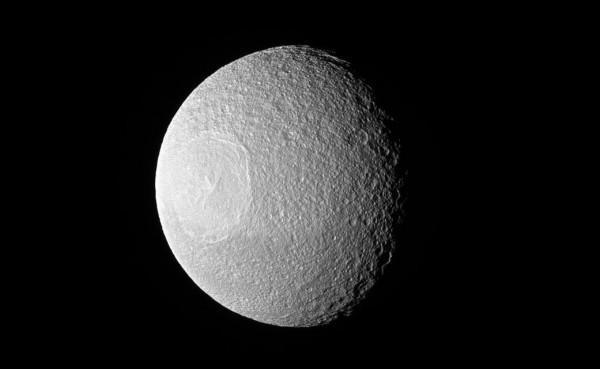 土星卫星Tethys看起来像一个巨大的眼球