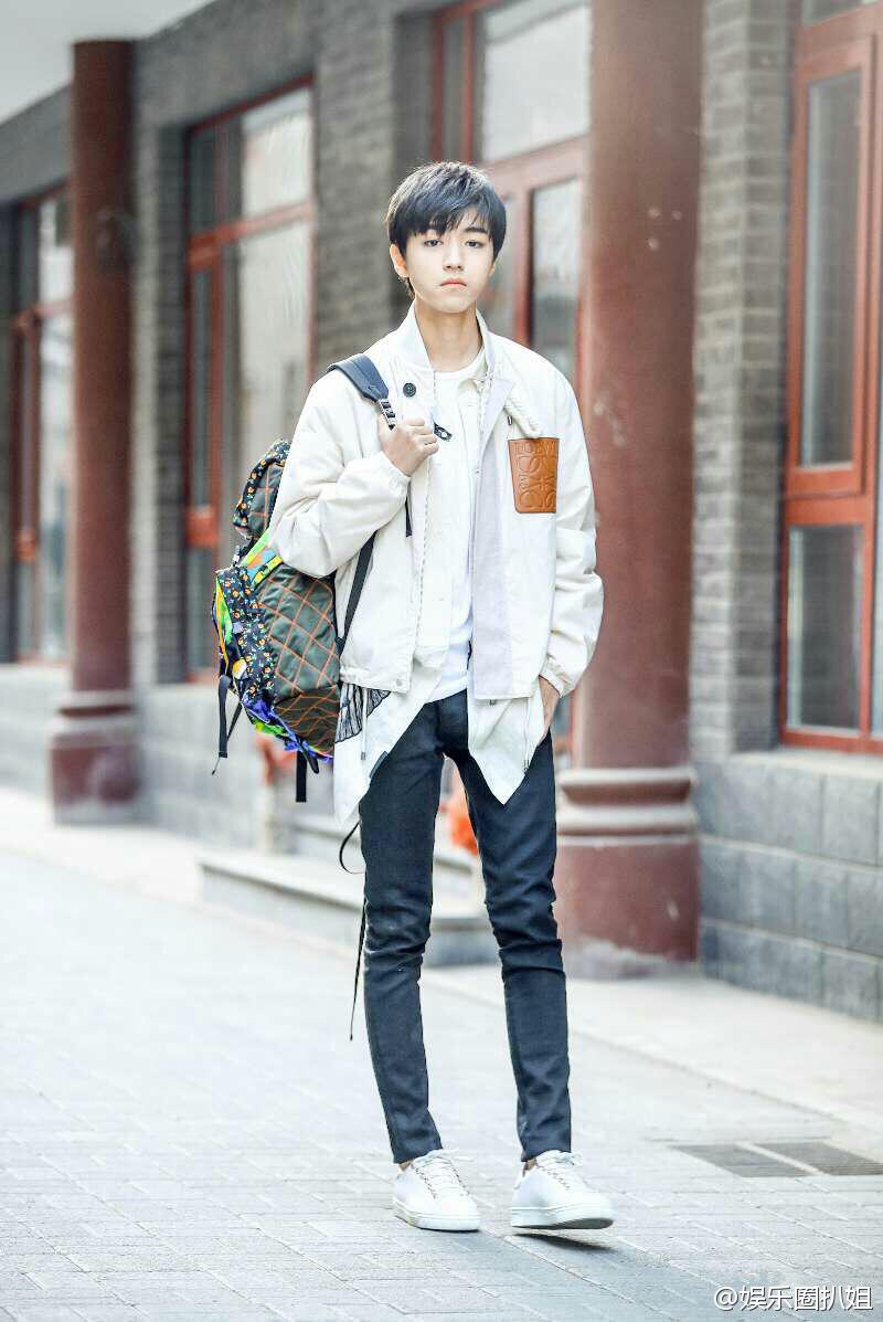 王俊凯这组街拍也太帅了吧 大长腿