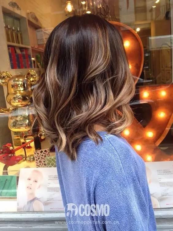 长发是女神的标配,但黑长直已经不流行很多年了。现在的长发都是有层次有卷度有纹理的,通过剪出层次、挑染颜色和烫发,打破长发的沉闷和厚重,让人更具青春气息和活力。如果你是长发,有正想染烫一下,看看这几款有没有你相中的。提醒大家,我们看发型的时候通常只关注正面,刘海是不是自己喜欢的呀,弧度如何呀,但往往忽视背面。发尾是整齐的还是有弧度的,是略微厚重还是有发束感,这些也需要和发型师提前沟通。背影杀手也是杀手。