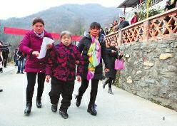 女子被拐28年后回家 村民们敲锣打鼓迎接