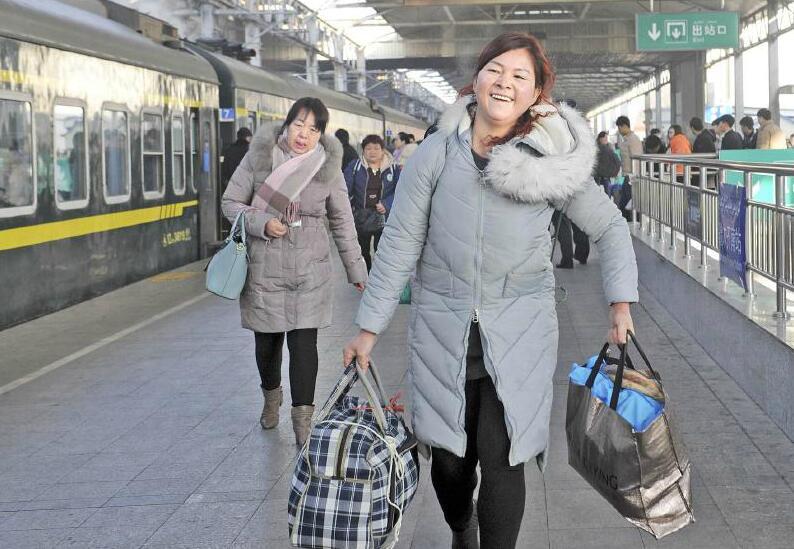1月22日,乌鲁木齐火车南站,乘客准备乘坐乌鲁木齐开往杭州的列车.