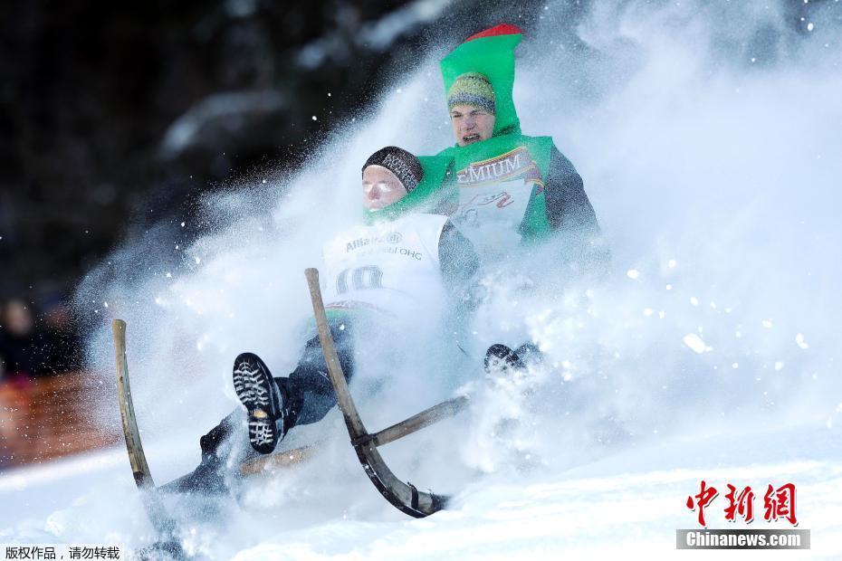 德国举办雪橇大赛 参赛者斜坡飘飞惊险刺激