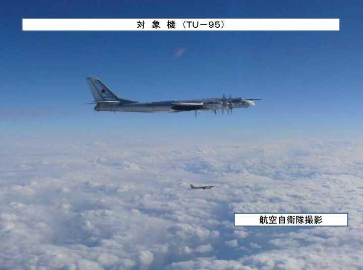 俄军图95轰炸机绕飞日本列岛一周 日战机紧急升空