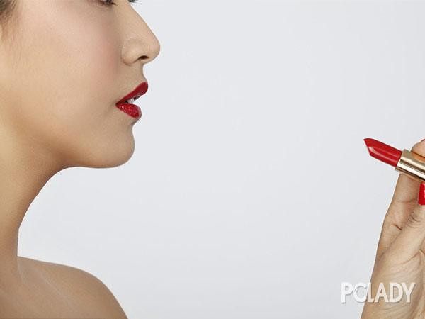 什么颜色口红显皮肤白:明星靠橙红色唇妆来显白