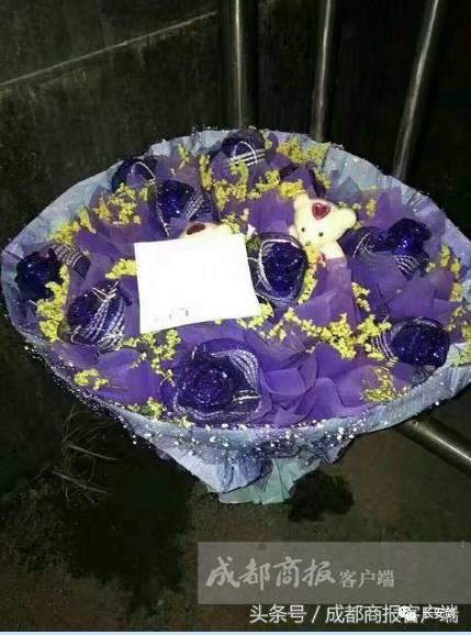 一束鲜艳的蓝色玫瑰花