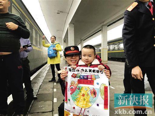 春运列车停站4分钟 女列车员与儿子站台拥抱团聚