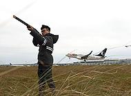 他用一杆枪守护航班起降安全