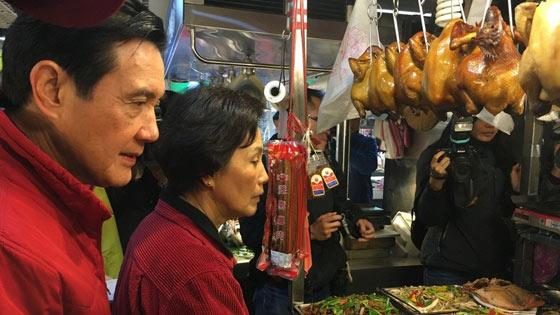 马英九菜市场购年货 商贩:你妈经常来买鸡肉