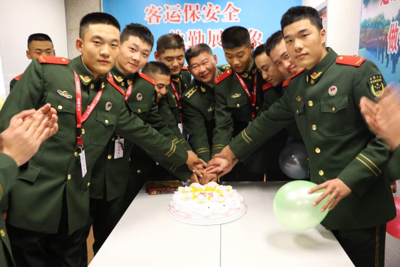 """春运哨位上的""""成人礼"""":武警战士度过别样生日"""