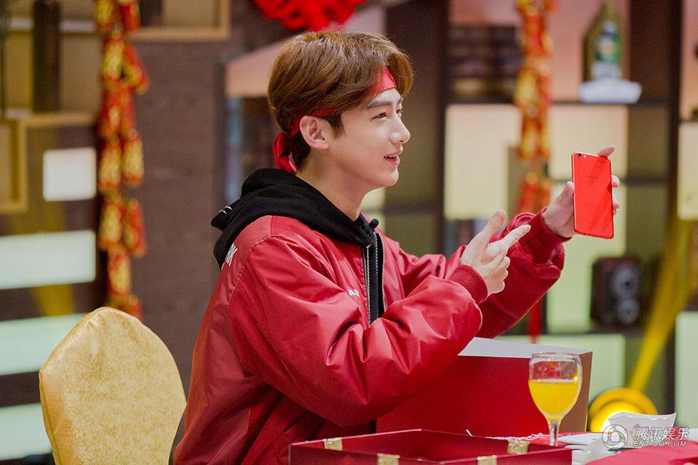 高清:新生代演员白敬亭一身红衣来拜年