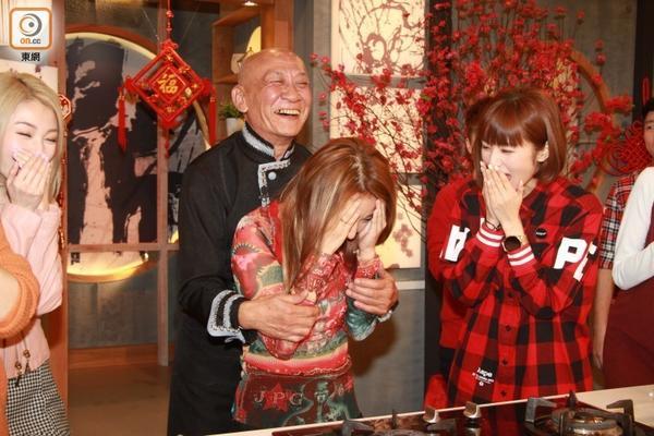 """71岁""""鼎爷""""公主抱女团成员 笑容满面"""