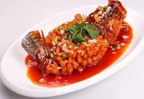 点心篇   八宝饭   豆沙馅的八宝饭,是大年夜必备的食物之一,表面配