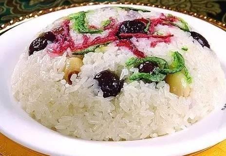 豆沙馅的八宝饭,是大年夜必备的食物之一,表面配有红、绿丝、葡萄