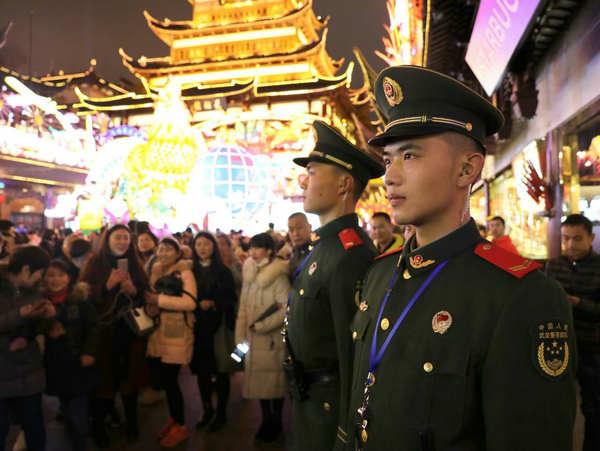 上海市民春节期间觐香祈福 武警官兵守护平安