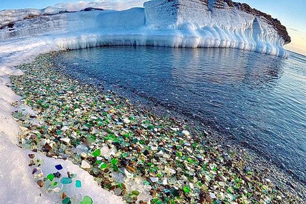 """俄海岸一酒瓶回收场自然造就""""玻璃海岸""""胜景"""