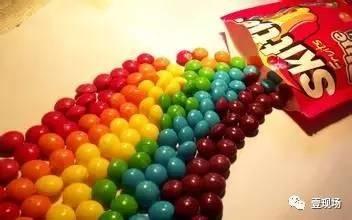 往彩虹糖上倒一滩水,结果让大家惊呆了!终于知道它为什么叫彩虹糖了!