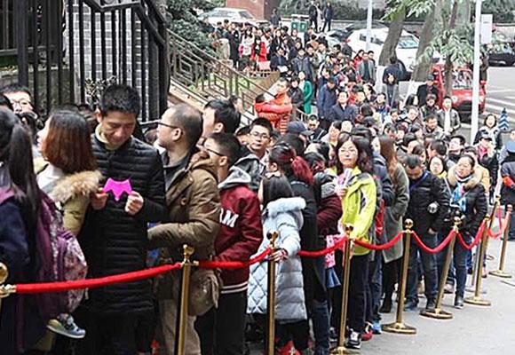 重庆长江索道半日载客上万 游客为体验排队2小时