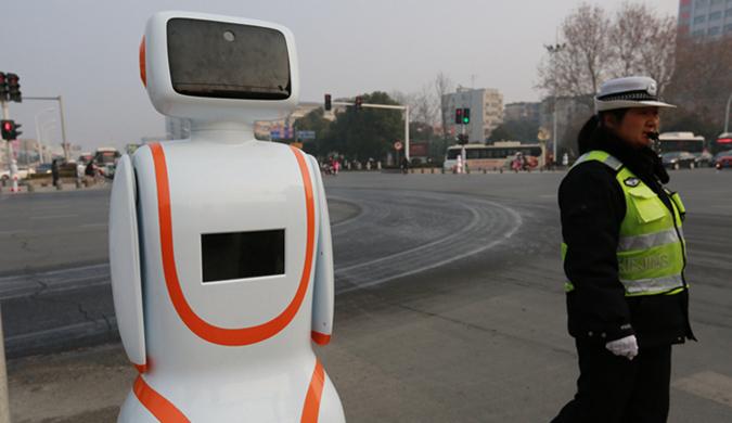 湖北襄阳:交通机器人上岗