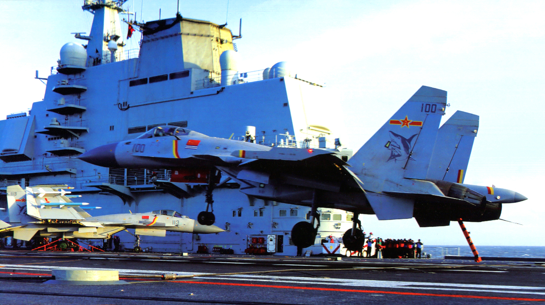 美媒:中国建造第三批次歼15 或组建新舰载机团