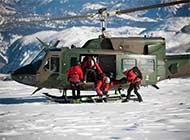 奥地利动用直升机雪山救援演练
