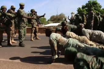 非洲士兵见面用俯卧撑来打招呼