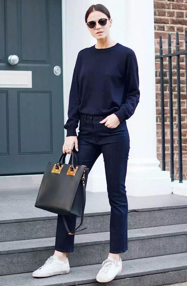 上衣搭配针织衫,看起来更加舒适随意.
