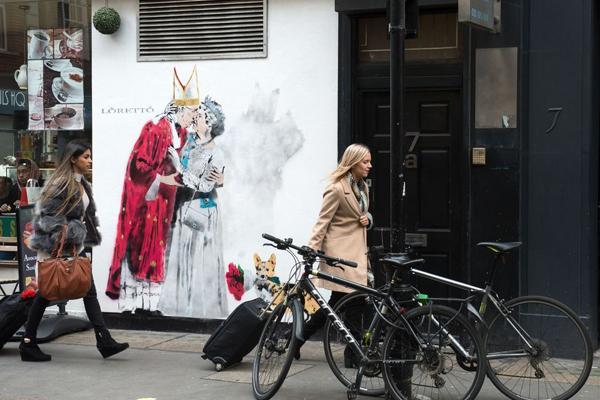 """伦敦街头现滑稽讽刺漫画 特朗普变""""国王""""拥吻英女王"""