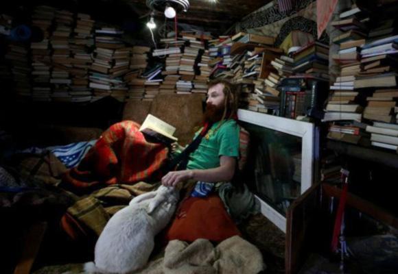 现实版霍比特人 俄罗斯男子蜗居地下养兔为伴