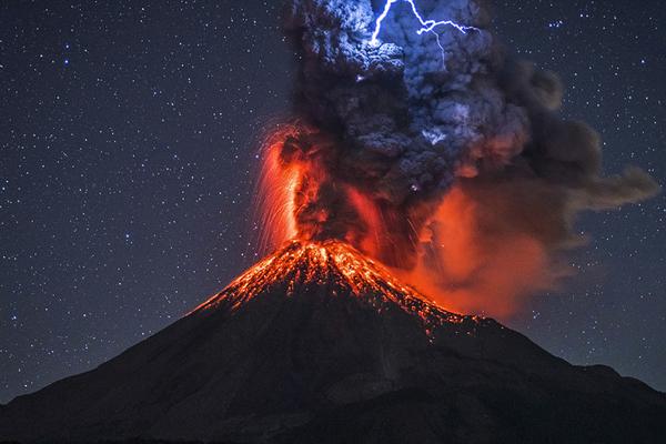 墨西哥火山喷发自带闪电 与熔岩交相辉映场面震撼
