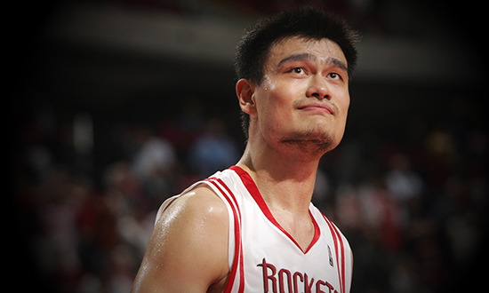 姚明11号球衣正式退役 中国巨人:想跟火箭签短约