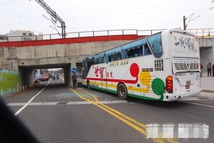 陆客大巴明升m88.com明升备用网址出车祸 导致20多人受伤