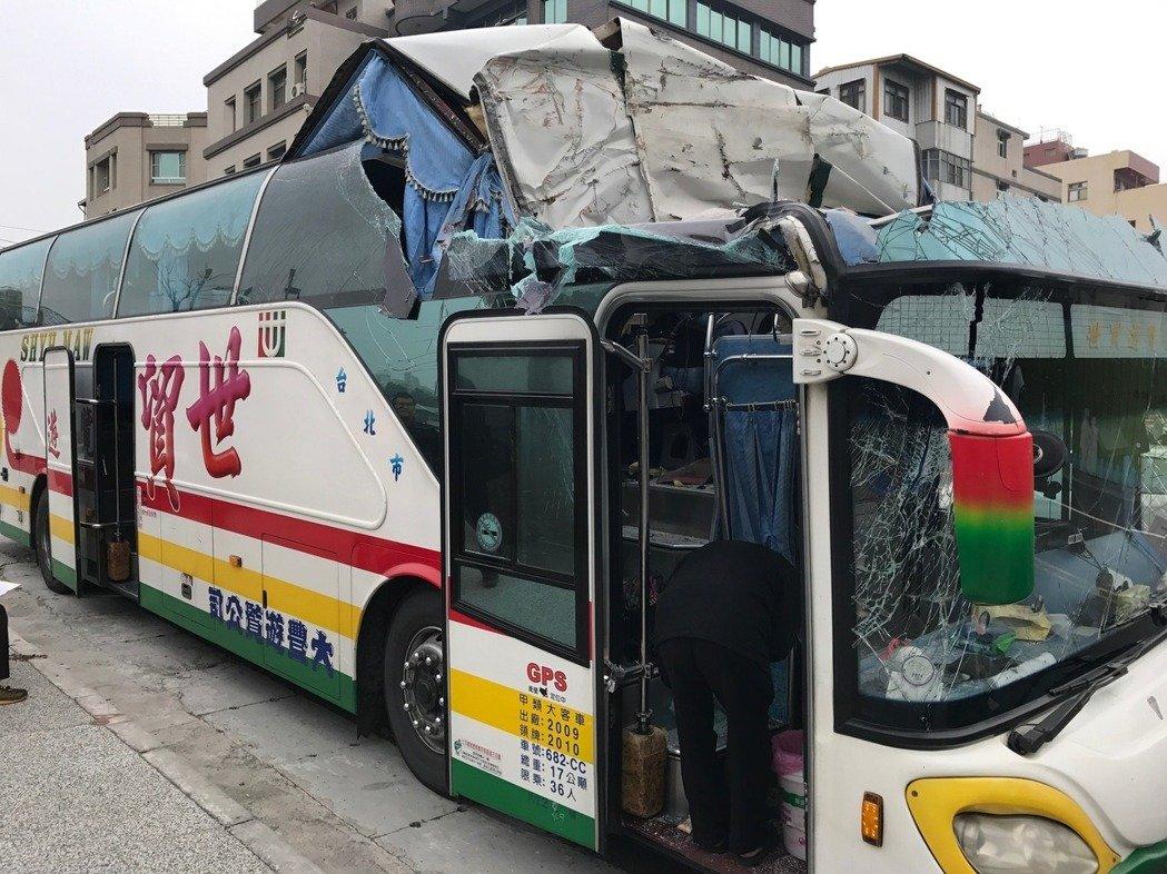 陆客大巴台湾高雄出车祸 导致20多人受伤